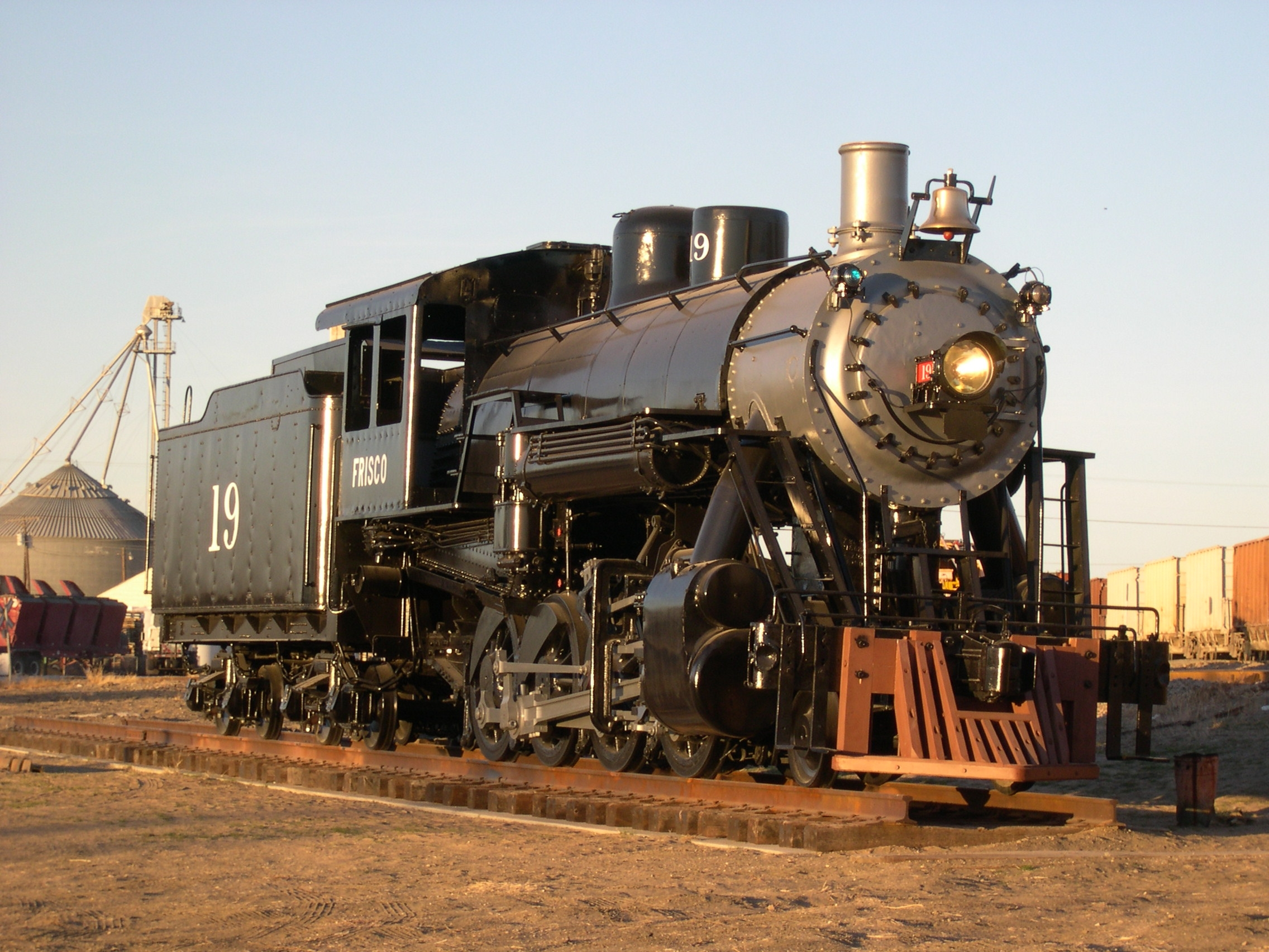 steam engine A steam locomotive is a type of railway locomotive that produces its pulling power through a steam engine these locomotives are fueled by burning combustible.
